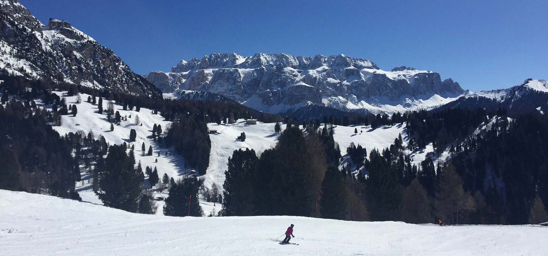 Dolomiten mit Skifahrer