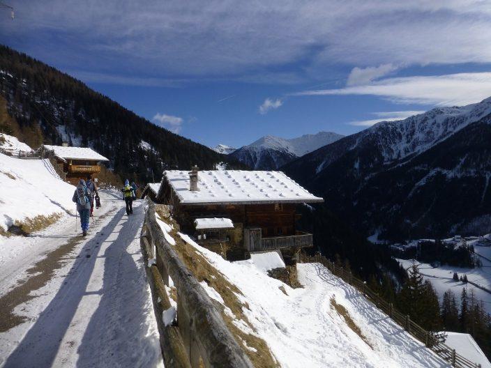 Vorbei gehts an uralten Bergbauernh+Âfen