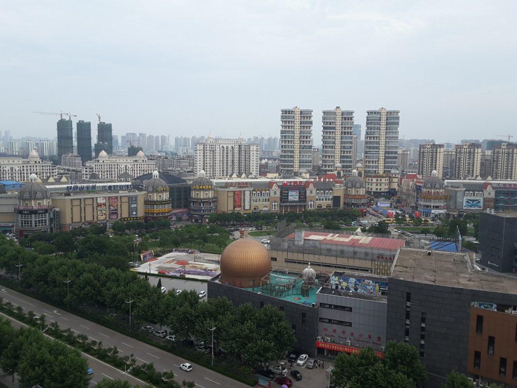 Blick vom 16. Stock des Hotels in Bengbu auf das Zentrum der Stadt (Horst Reitz und Berend Veddeler)