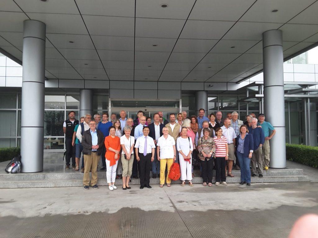 Die Gruppe vor dem Gebäude der B/S/H-Group (Horst Reitz und Berend Veddeler)