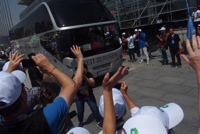 Der ZEIT REISEN Bus wird bejubelt (Waldemar Schulz-Pruss)