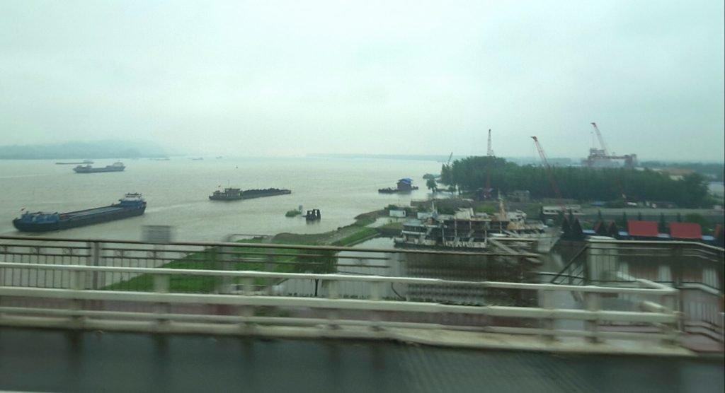 Ein regnerischer tag auf dem Yangtze ( Horst Reitz und Berend Veddeler)