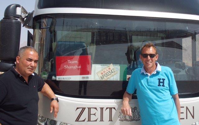 chinesische Zulassen hängt am Bus (Waldemar Schulz-Pruss)
