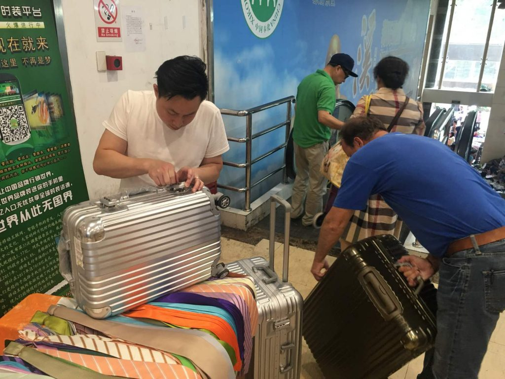 Bernd reist wohl sehr häufig und hat einen großen Kofferbedarf (Thomas Peters)Foto Thomas Peters