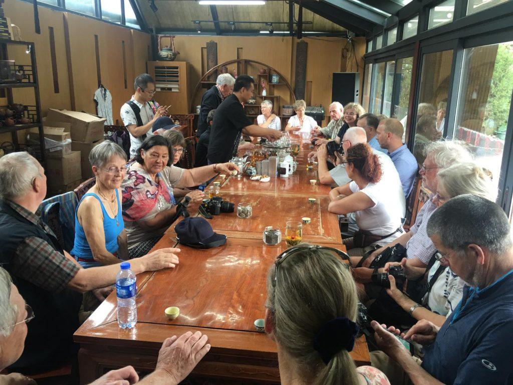 Erste Teepause am Startort für die neue Reisegruppe (Thomas Peters)