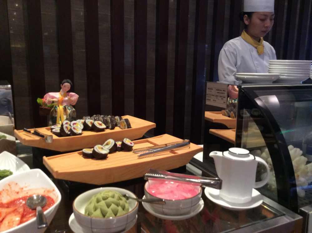 Sushi am Buffet (Barbara und Rudi Stettmer)
