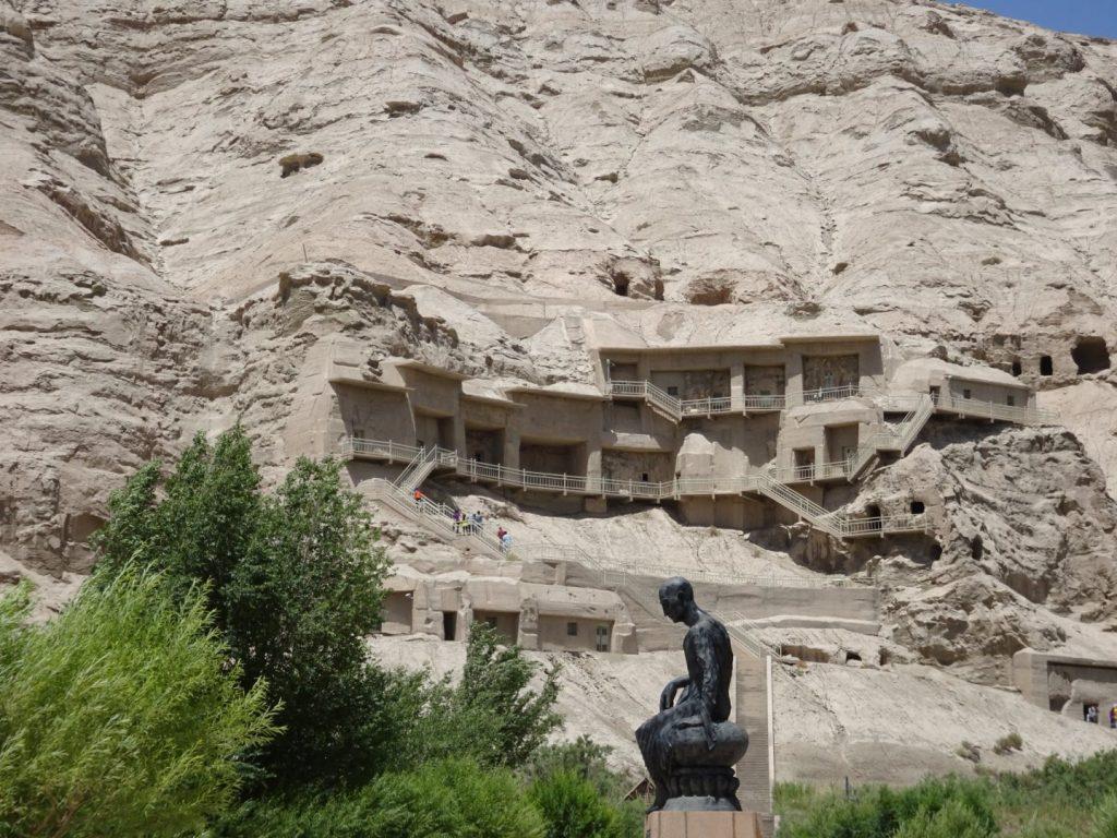 in den Fels geschlagene buddhistische Felshöhlen (Annette Böddinghaus)