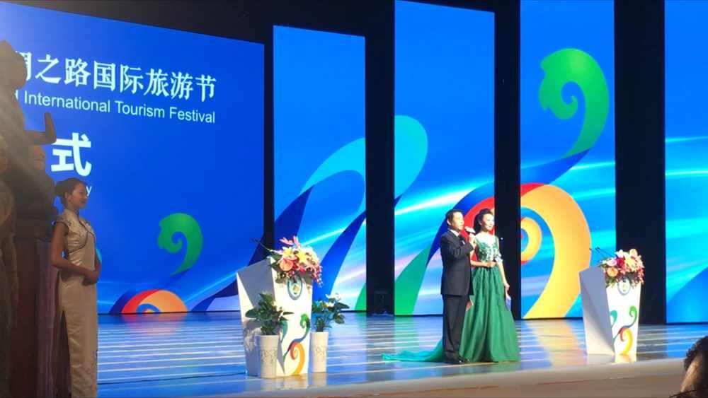 Die beiden Moderatoren der Eröffnungsveranstaltung (Thomas Peters)