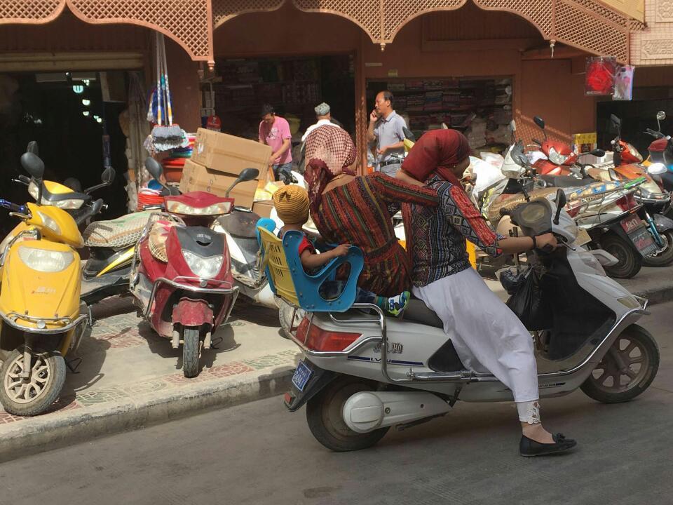 E-Mopeds wie diese sind das gängige Transportmittel ( Anne-Dore Pietzcker)