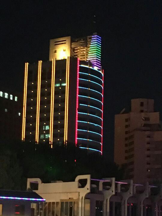 Beleuchtete Gebäude am Rand des Huang Ze ( Anne-Dore Pietzcker)