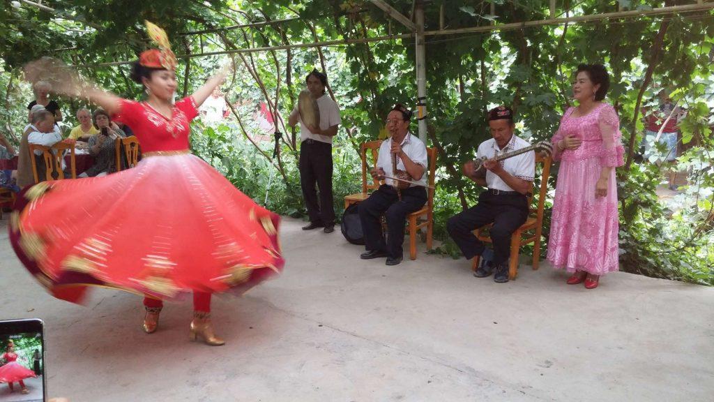 Tanzende Uigurin (Angelika Holtz)