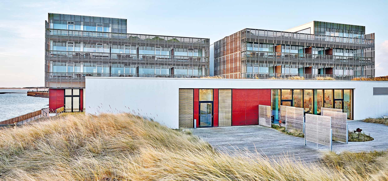 Blick vom Strand auf das Hotel Budersand