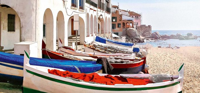 Traditionelle Gebäude mit Fischerbooten
