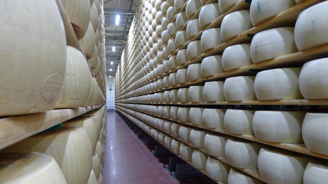 Lager von Käselaiben