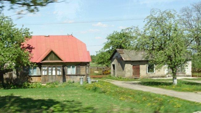 Einfache Häuser am Straßenrand in Ostpolen