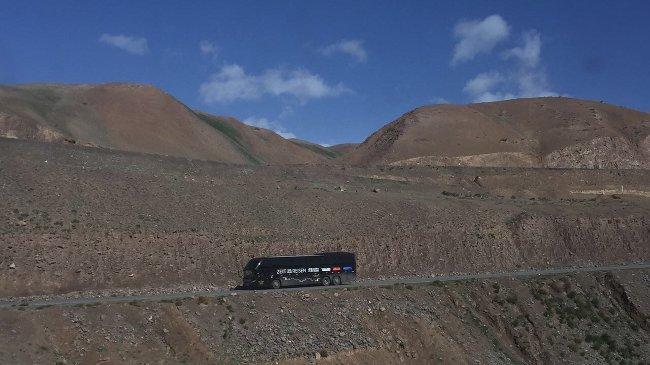 Der ZEIT REISEN Bus rollt Richtung chinesische Grenze (Bernd Loppow)