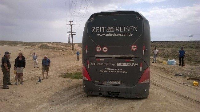 Der Bus steckt fest, die Weiterfahrt verzögert sich.