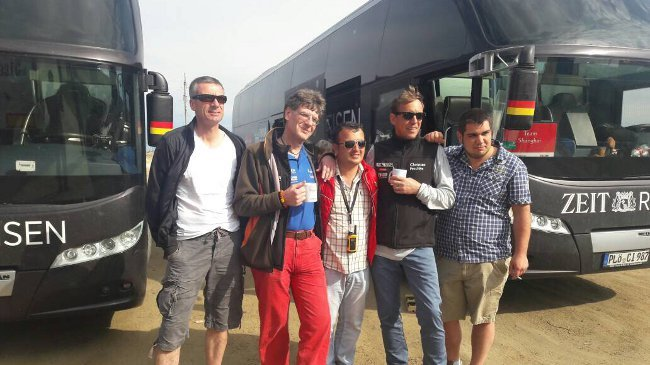 Kaffeepause unterwegs. Das Busfahrerteam mit dem usbekischen Guide Olbek (Mitte).