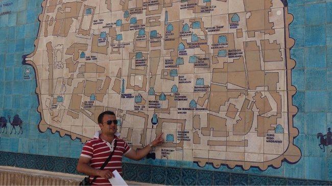 Unser Begleiter in Usbekistan, Oybek Ostanov, füttert uns mit Informationen. (Gitta Hopp-Köhler)