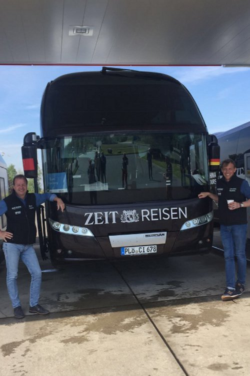 Der ZEIT-Bus wird vollgetankt für die nächste Etappe