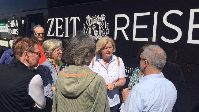 ZEIT-Experte Sascha Sambuk (rechts) im Gespräch mit den ZEIT-Reisenden