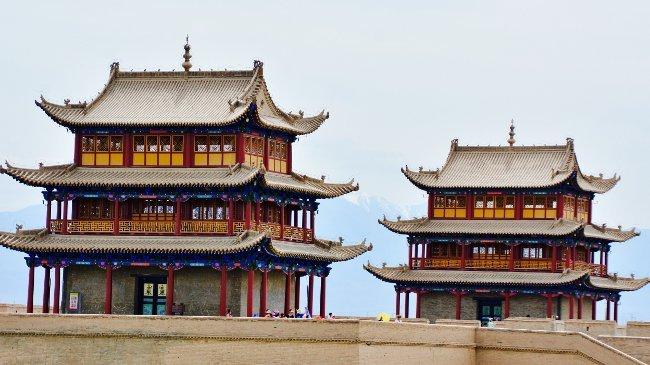 Jiayuguan, dreigeschossige Turmbauten (Ulf Baumhackl)
