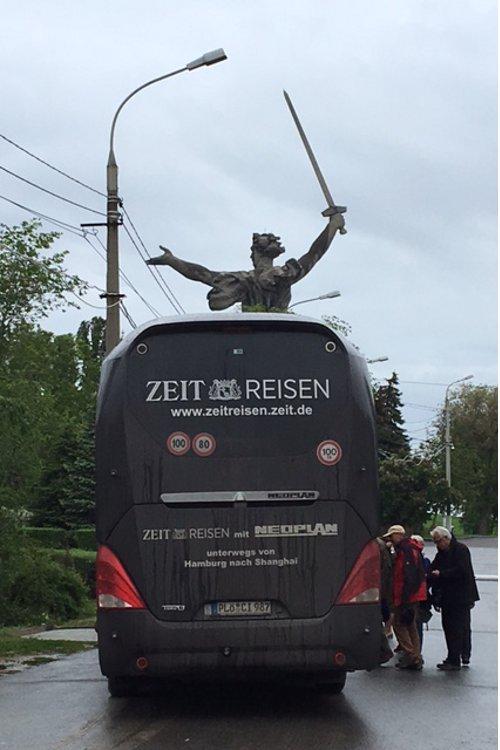Ankunft in Wolgograd, im Hintergrund: die Frauenstatue »Mutter Heimat« thront über allem.