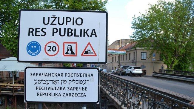 Der Eingang in die Künstlerrepublik - Das Cafe hinter dem Schild ist auch das Parlament