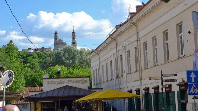 Blick über die Pizzeria auf eine der vielen Kirchen