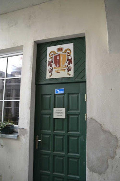Unscheinbarer Eingang zu Museum und Restaurant