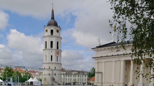 Glockenturm und Domkirche, auf dem Platz eine Rennstrecke für Drohnen, da fand gerade ein Wettbewerb statt