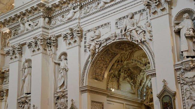 Im Innern der Kirche bezaubern mehr als 2000 Stuckfiguren und zahlreiche Ornamente