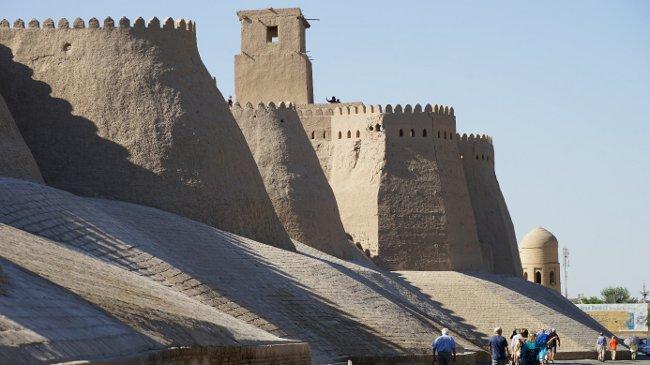 Khivas Festungsmauer von außen (Walter Weiss)
