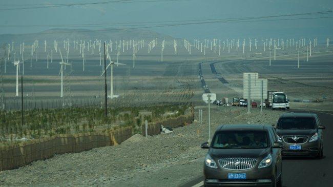 Gigantische Windkraftparks säumen, wie hier westlich von Korla, immer wieder unseren Weg (Walter Weiss)
