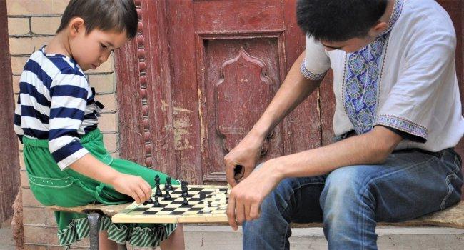 Freizeitbeschäftigung der Kinder in Kasghar (Claudia Kennel)