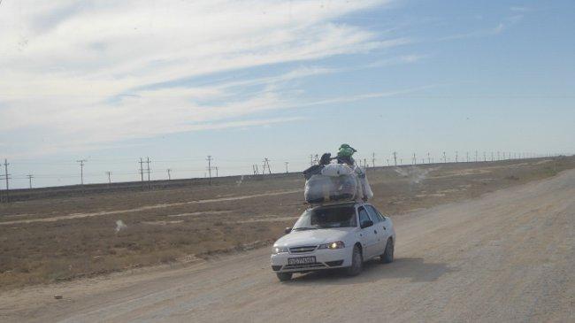 Völlig überladenes Fahrzeuge mit hoch aufgetürmten Koffern, Taschen und Geräten