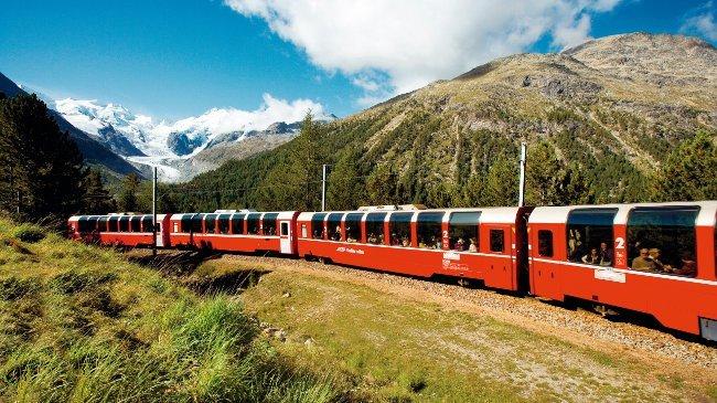 Der Bernina Express in der Montebellokurve, im Hintergrund der Morteratsch-Gletscher