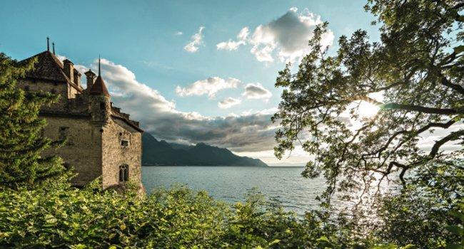 Auf einem Felsen am Ufer des Genfersees liegt das Schloss Chillon. Die Wasserburg ist das meistbesuchte historische Gebaeude der Schweiz