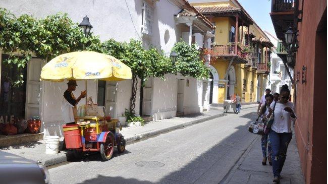 Im historischen Stadtkern Cartagenas: Passanten suchen Schutz vor der Mittagssonne, ein Limonadeverkäufer wartet auf Kunden.