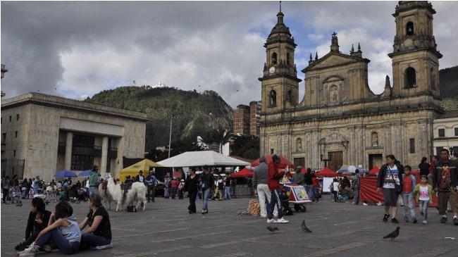 Die Plaza Bolívar im Herzen Bogotás. Rechts im Bild ist die Kathedrale zu sehen, die eckige Konstruktion links gehört zum neuen Justizpalast.