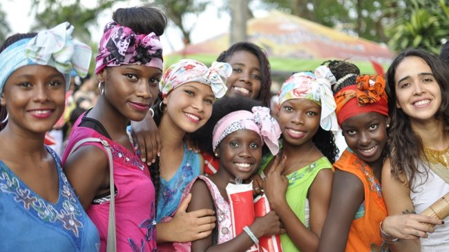 In Feststimmung: fröhliche Besucherinnen des Petrionio-Festivals in Cali