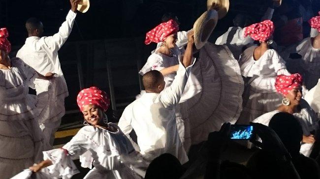Showeinlage am letzten Tag des Festivals: Eine Gruppe von Profi-Tänzern zeigt den Currulao.