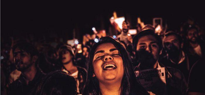 Titelbild »Wer singt, erzählt – wer tanz übererlebt«