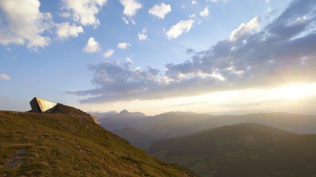 Panoramablick vom »MMM Corones« auf die Dolomiten