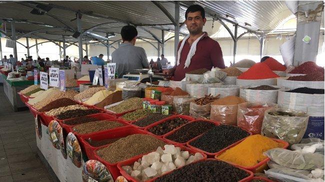 Orientalische Gewürzvielfalt auf dem großen Basar von Taschkent