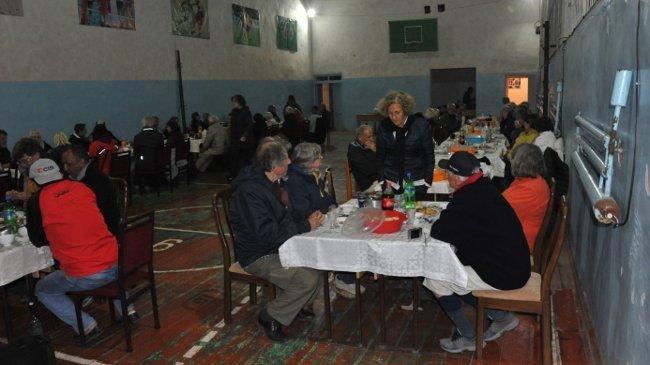 Abendessen in der Turnhalle in Sary-Tash