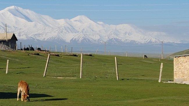 Pamirgebirge mit Pik Lenin (weit rechts)