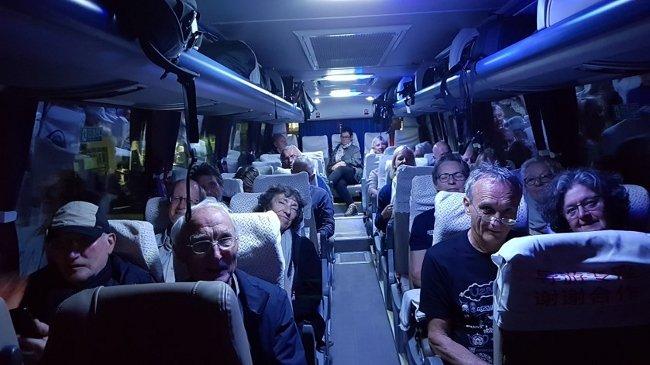 Im chinesischen Bus, müde aber den Zoll überstanden
