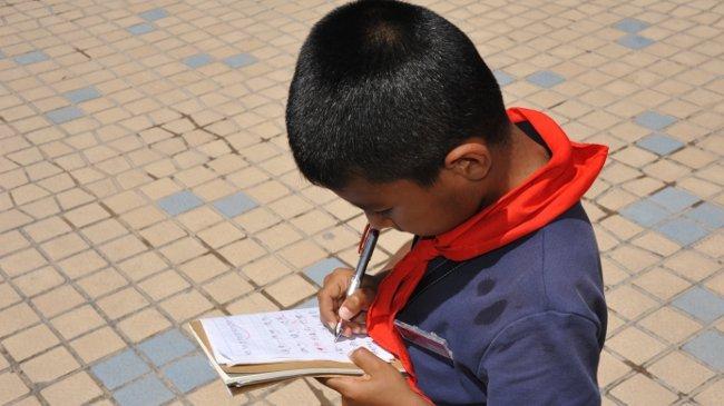 Schüler bei seinen Hausaufgaben in Kashgar
