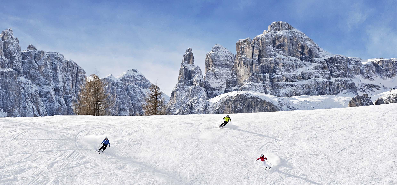 Weitläufige Pisten, Sonnenschein und viel Neuschnee sorgen für spektakuläre Abfahrten in Alta Badia am Fuße der einzigartigen Dolomiten, die seit 2009 zum UNESCO Weltnaturerbe zählen.